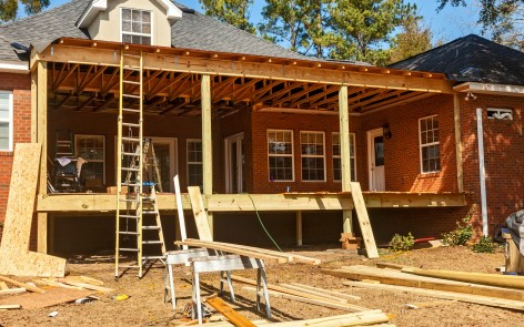 Construction du toit terrasse d'une maison