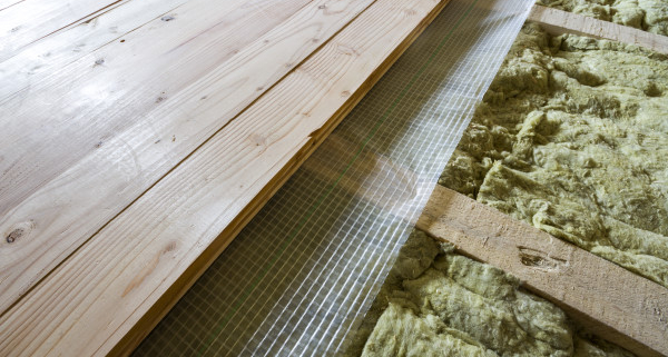 Réussir l'isolation d'un plancher en bois